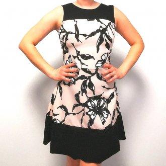 Rózsaszín virágmintás női ruha